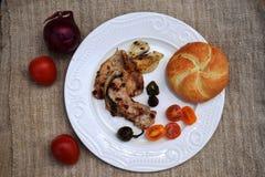 Ψημένα στη σχάρα μπριζόλα και λαχανικά χοιρινού κρέατος καυτό κρέας πιάτων Τοπ όψη Στοκ φωτογραφία με δικαίωμα ελεύθερης χρήσης