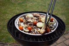 Ψημένα στη σχάρα μπριζόλα και λαχανικά χοιρινού κρέατος καυτό κρέας πιάτων Τοπ όψη Στοκ Εικόνα