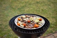 Ψημένα στη σχάρα μπριζόλα και λαχανικά χοιρινού κρέατος καυτό κρέας πιάτων Τοπ όψη Στοκ Φωτογραφία