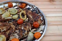 Ψημένα στη σχάρα μπριζόλα και λαχανικά χοιρινού κρέατος καυτό κρέας πιάτων Τοπ όψη Στοκ εικόνα με δικαίωμα ελεύθερης χρήσης