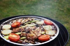 Ψημένα στη σχάρα μπριζόλα και λαχανικά χοιρινού κρέατος καυτό κρέας πιάτων Τοπ όψη Στοκ Εικόνες