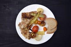 Ψημένα στη σχάρα μπριζόλα και λαχανικά χοιρινού κρέατος καυτό κρέας πιάτων Τοπ όψη Στοκ φωτογραφίες με δικαίωμα ελεύθερης χρήσης