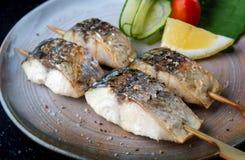 Ψημένα στη σχάρα οβελίδιο ψάρια saba με το άλας στοκ φωτογραφίες με δικαίωμα ελεύθερης χρήσης