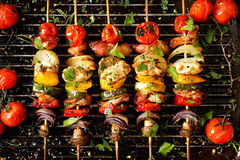 Ψημένα στη σχάρα οβελίδια λαχανικών και κρέατος Στοκ φωτογραφία με δικαίωμα ελεύθερης χρήσης