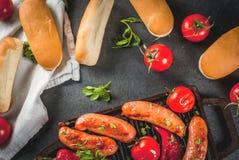 Ψημένα στη σχάρα λουκάνικα και λαχανικά Στοκ Εικόνες