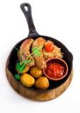Ψημένα στη σχάρα λουκάνικα χοιρινού κρέατος με την πατάτα Στοκ Εικόνα