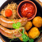 Ψημένα στη σχάρα λουκάνικα χοιρινού κρέατος με την πατάτα Στοκ Φωτογραφίες