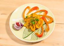 Ψημένα στη σχάρα πιπέρια με το μαϊντανό, το κρεμμύδι και λίγα σιτάρια του ρόδινου πιπεριού Στοκ Φωτογραφία