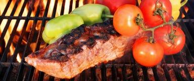Ψημένα στη σχάρα πλευρά με το πιπέρι και την ντομάτα κουδουνιών Στοκ φωτογραφία με δικαίωμα ελεύθερης χρήσης