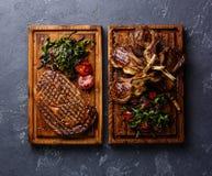 Ψημένα στη σχάρα πλευρά μπριζόλας και αρνιών Ribeye με τη σαλάτα arugula Στοκ Εικόνες