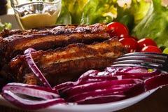 Ψημένα στη σχάρα πλευρά χοιρινού κρέατος και φρέσκα λαχανικά Στοκ φωτογραφία με δικαίωμα ελεύθερης χρήσης