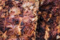 Ψημένα στη σχάρα πλευρά χοιρινού κρέατος στη σχάρα στοκ φωτογραφία με δικαίωμα ελεύθερης χρήσης