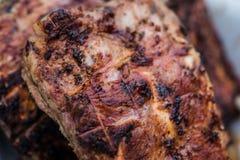 Ψημένα στη σχάρα πλευρά χοιρινού κρέατος στη σχάρα στοκ εικόνες με δικαίωμα ελεύθερης χρήσης