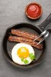Ψημένα στη σχάρα σπιτικά λουκάνικα με το τηγανισμένο αυγό τοπ άποψη, κάθετη Στοκ φωτογραφία με δικαίωμα ελεύθερης χρήσης