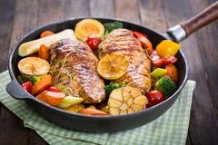 Ψημένα στη σχάρα στήθος και λαχανικά κοτόπουλου Στοκ εικόνα με δικαίωμα ελεύθερης χρήσης