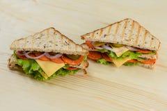 Ψημένα στη σχάρα φρυγανιά σάντουιτς μπέϊκον, μαρουλιού και ντοματών τυριών Στοκ Εικόνες