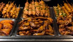 Ψημένα στη σχάρα φτερά και χοιρινό κρέας κοτόπουλου Στοκ Εικόνες