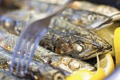 Ψημένα στη σχάρα ψάρια με τα λεμόνια και το δίκρανο κοντά επάνω Στοκ εικόνες με δικαίωμα ελεύθερης χρήσης