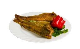 Ψημένα στη σχάρα ψάρια με τα πράσινα στο πιάτο, που απομονώνονται στοκ φωτογραφίες με δικαίωμα ελεύθερης χρήσης
