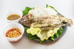 Ψημένα στη σχάρα ψάρια στο πιάτο Στοκ Εικόνες