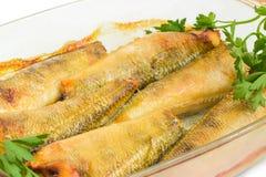 Ψημένα στη σχάρα ψάρια notothenia στη casserole γυαλιού κινηματογράφηση σε πρώτο πλάνο πιάτων Στοκ Εικόνες