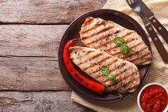 Ψημένα στη σχάρα λωρίδα και τσίλι κοτόπουλου σε μια οριζόντια τοπ άποψη πιάτων στοκ εικόνες με δικαίωμα ελεύθερης χρήσης