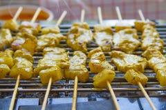 Ψημένα στη σχάρα satay και γλυκά χορτάρια χοιρινού κρέατος με Thailand& x27 τα τρόφιμα του s είναι πολύ δημοφιλή στην Ταϊλάνδη στοκ εικόνες