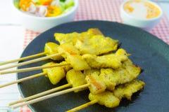 Ψημένα στη σχάρα satay και γλυκά χορτάρια χοιρινού κρέατος με Thailand& x27 τα τρόφιμα του s είναι πολύ δημοφιλή στην Ταϊλάνδη στοκ φωτογραφία