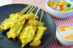 Ψημένα στη σχάρα satay και γλυκά χορτάρια χοιρινού κρέατος με Thailand& x27 τα τρόφιμα του s είναι πολύ δημοφιλή στην Ταϊλάνδη στοκ φωτογραφίες με δικαίωμα ελεύθερης χρήσης