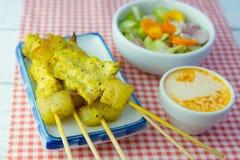 Ψημένα στη σχάρα satay και γλυκά χορτάρια χοιρινού κρέατος με Thailand& x27 τα τρόφιμα του s είναι πολύ δημοφιλή στην Ταϊλάνδη στοκ φωτογραφία με δικαίωμα ελεύθερης χρήσης