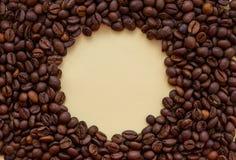 Ψημένα φασόλια καφέ με το διάστημα αντιγράφων κύκλων στη μέση Έννοια ποτών αρώματος στοκ φωτογραφίες