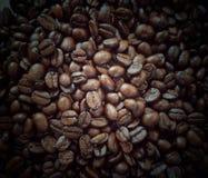 Ψημένα φασόλια καφέ, πλήρης εικόνα πλαισίων στοκ φωτογραφία