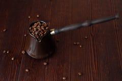Ψημένα φασόλια καφέ στον όμορφο χαλκό Τούρκος Στοκ εικόνες με δικαίωμα ελεύθερης χρήσης