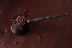 Ψημένα φασόλια καφέ στον όμορφο χαλκό Τούρκος Στοκ Φωτογραφία