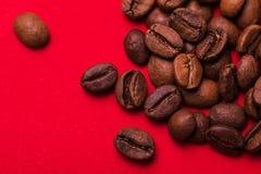 Ψημένα φασόλια καφέ στο κόκκινο υπόβαθρο Τάση κύματος χρώματος Στοκ εικόνες με δικαίωμα ελεύθερης χρήσης