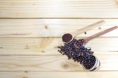 Ψημένα φασόλια καφέ στο ξύλινο πάτωμα Στοκ Φωτογραφία