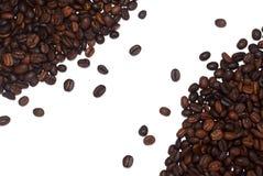 Ψημένα φασόλια καφέ ως διακοσμητικό πλαίσιο που απομονώνεται στο άσπρο υπόβαθρο Στοκ φωτογραφία με δικαίωμα ελεύθερης χρήσης