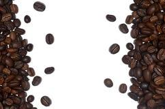 Ψημένα φασόλια καφέ ως διακοσμητικό πλαίσιο που απομονώνεται στο άσπρο υπόβαθρο Στοκ φωτογραφίες με δικαίωμα ελεύθερης χρήσης