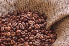 Ψημένα φασόλια καφέ burlap στο ύφασμα στοκ εικόνα με δικαίωμα ελεύθερης χρήσης