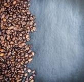 Ψημένα φασόλια καφέ σε ένα μαύρο υπόβαθρο Στοκ Φωτογραφία