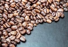 Ψημένα φασόλια καφέ σε ένα μαύρο υπόβαθρο Στοκ φωτογραφία με δικαίωμα ελεύθερης χρήσης