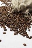 Ψημένα φασόλια καφέ σε μια τσάντα Στοκ Φωτογραφίες