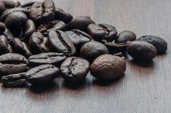 Ψημένα φασόλια καφέ στον πίνακα Στοκ εικόνα με δικαίωμα ελεύθερης χρήσης