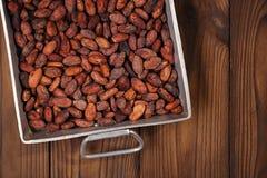 Ψημένα φασόλια σοκολάτας κακάου στο εκλεκτής ποιότητας βαρύ χυτό αργίλιο roa Στοκ Φωτογραφία