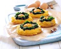 Ψημένα φούρνος αυγά στις φωλιές πατατών και σπανακιού στοκ φωτογραφία με δικαίωμα ελεύθερης χρήσης