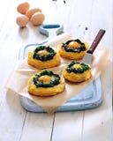 Ψημένα φούρνος αυγά στις φωλιές πατατών και σπανακιού στοκ εικόνα με δικαίωμα ελεύθερης χρήσης