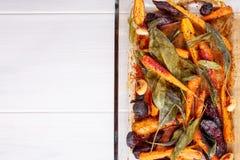 Ψημένα φούρνος καρότα και παντζάρια με τα λογικά φύλλα και το σκόρδο στοκ εικόνα με δικαίωμα ελεύθερης χρήσης