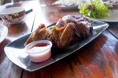 Ψημένα φτερά κοτόπουλου στο ασιατικό ύφος στο πιάτο Στοκ εικόνα με δικαίωμα ελεύθερης χρήσης