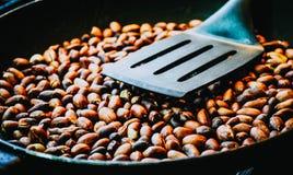 Ψημένα φυστίκια σε ένα τηγανίζοντας τηγάνι Στοκ φωτογραφίες με δικαίωμα ελεύθερης χρήσης