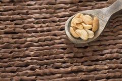 Ψημένα φυστίκια στο ξύλινο υπόβαθρο - Arachis hypogaea Στοκ Εικόνες